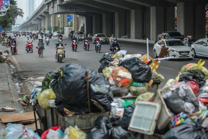 CLIP: Cận cảnh rác ùn ứ, chất thành đống bốc mùi khắp nội thành Hà Nội - Ảnh 12.