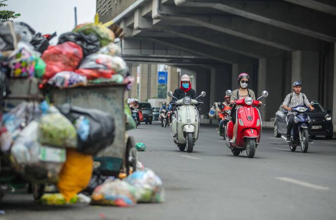CLIP: Cận cảnh rác ùn ứ, chất thành đống bốc mùi khắp nội thành Hà Nội - Ảnh 3.