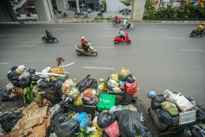 CLIP: Cận cảnh rác ùn ứ, chất thành đống bốc mùi khắp nội thành Hà Nội - Ảnh 13.