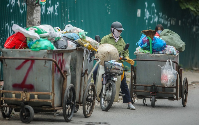 CLIP: Cận cảnh rác ùn ứ, chất thành đống bốc mùi khắp nội thành Hà Nội - Ảnh 14.