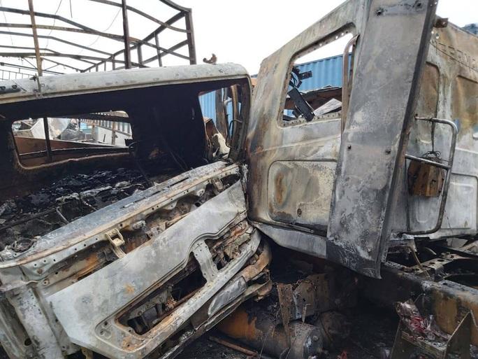 Xe container đấu đầu xe tải, bốc cháy ngùn ngụt trên quốc lộ - Ảnh 1.