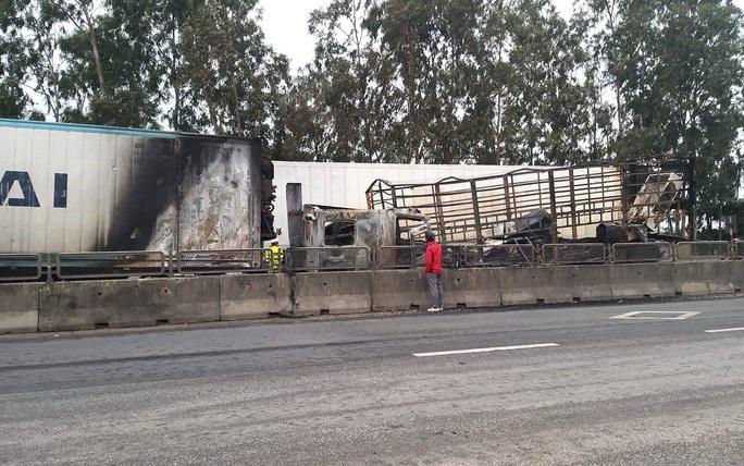 Xe container đấu đầu xe tải, bốc cháy ngùn ngụt trên quốc lộ - Ảnh 2.