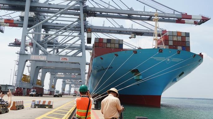 Cận cảnh siêu tàu container cập cảng Quốc tế Cái Mép - Ảnh 1.