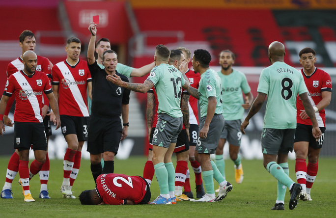 Everton gục ngã ở St.Marys, ngôi đầu Ngoại hạng rung lắc dữ dội - Ảnh 6.