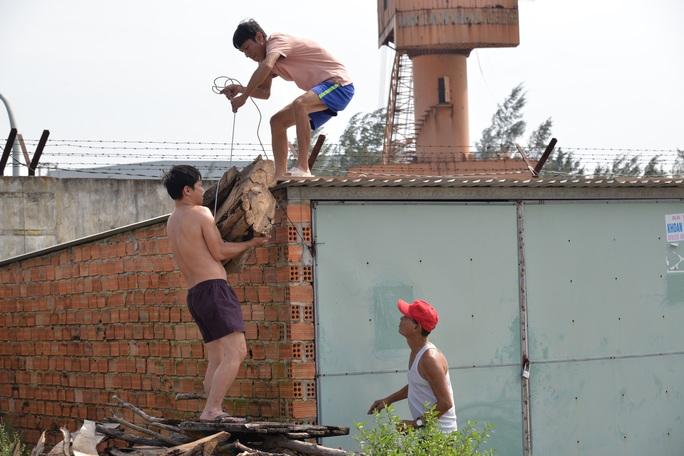 Quảng Ngãi: Đang di dời hàng chục ngàn người dân tránh bão số 9 - Ảnh 12.