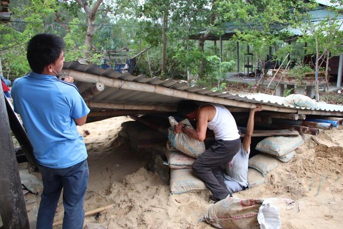 Người dân Quảng Nam đào hầm tránh bão số 9 - Ảnh 9.