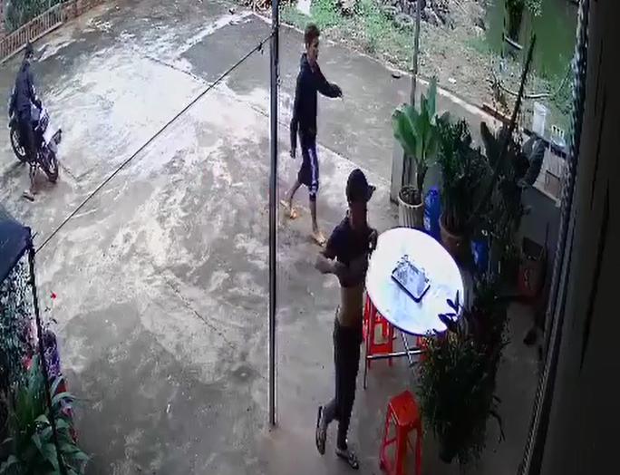 CLIP: Ba thanh niên dàn cảnh trộm... 1 giò phong lan! - Ảnh 1.