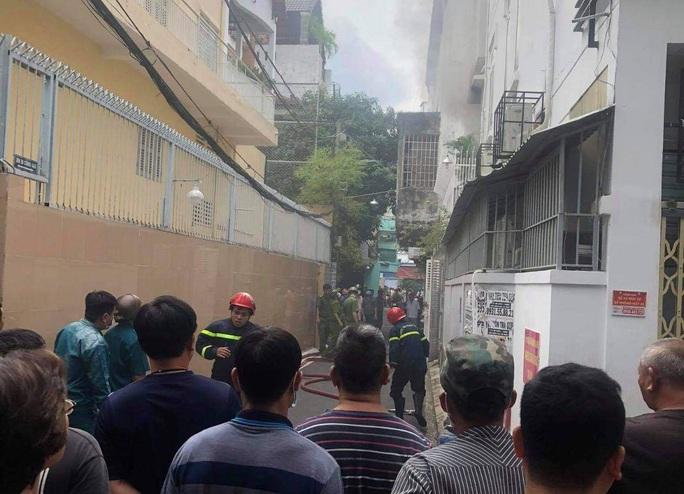 Một phụ nữ bị nhiều vết chém, tử vong trong căn nhà cháy khoá cửa ở Phú Nhuận - Ảnh 1.