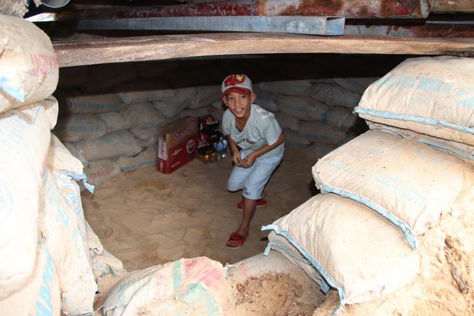 Người dân Quảng Nam đào hầm tránh bão số 9 - Ảnh 11.