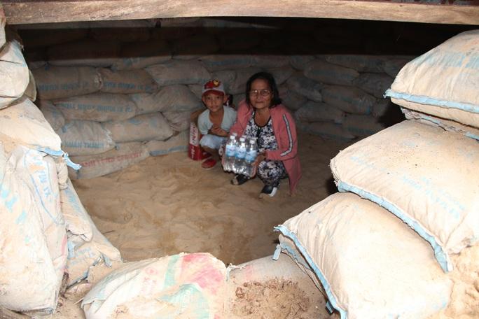Người dân Quảng Nam đào hầm tránh bão số 9 - Ảnh 10.