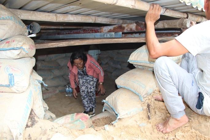 Người dân Quảng Nam đào hầm tránh bão số 9 - Ảnh 2.