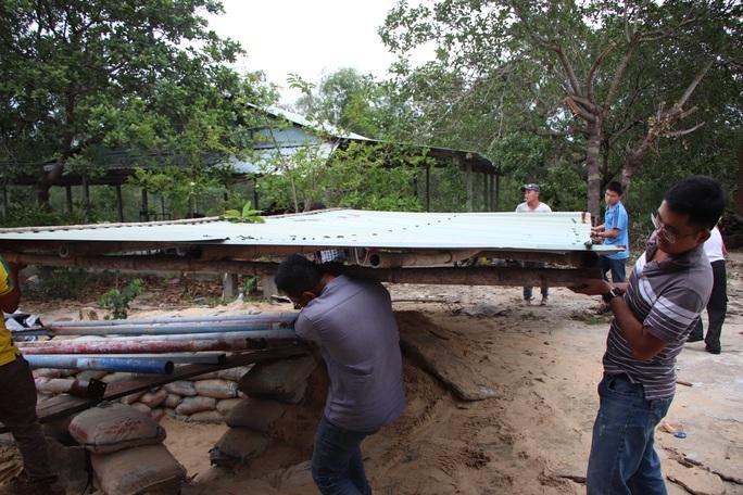 Người dân Quảng Nam đào hầm tránh bão số 9 - Ảnh 8.