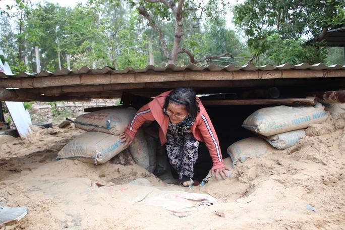 Người dân Quảng Nam đào hầm tránh bão số 9 - Ảnh 13.