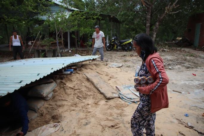 Người dân Quảng Nam đào hầm tránh bão số 9 - Ảnh 16.