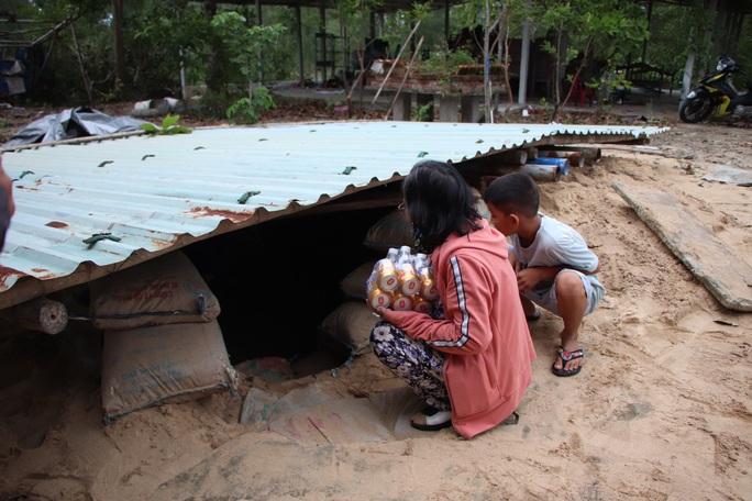 Người dân Quảng Nam đào hầm tránh bão số 9 - Ảnh 15.