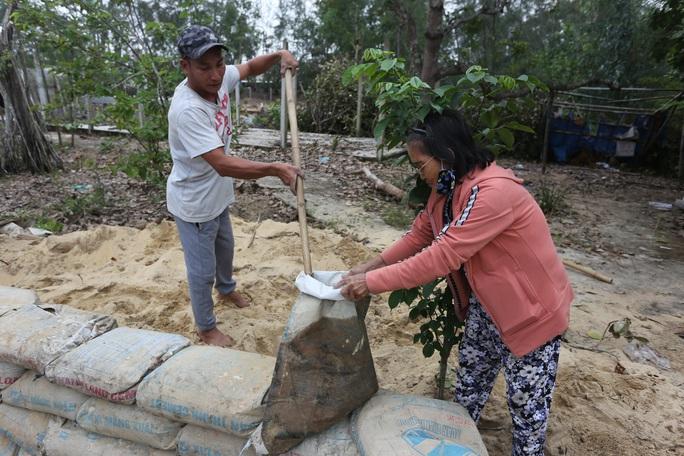 Người dân Quảng Nam đào hầm tránh bão số 9 - Ảnh 3.