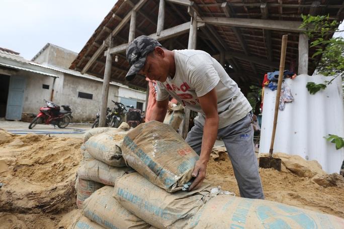Người dân Quảng Nam đào hầm tránh bão số 9 - Ảnh 4.