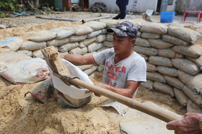 Người dân Quảng Nam đào hầm tránh bão số 9 - Ảnh 6.