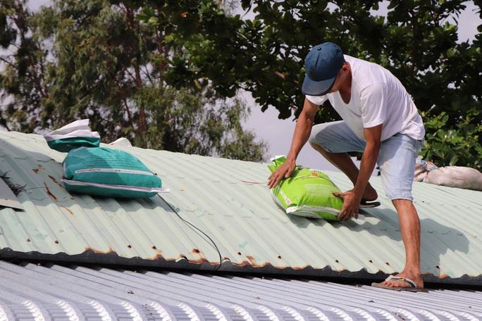 Người dân Quảng Nam dùng bao nước chèn mái nhà chống bão - Ảnh 1.