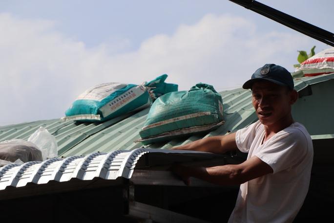 Người dân Quảng Nam dùng bao nước chèn mái nhà chống bão - Ảnh 2.