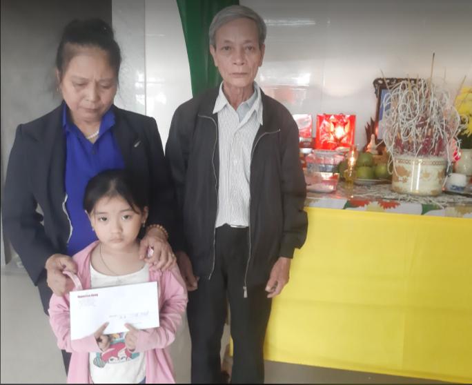 Thăm hỏi, trao quà của bạn đọc Báo Người Lao Động cho người thân 3 công nhân gặp nạn tại thủy điện Rào Trăng 3 - Ảnh 7.