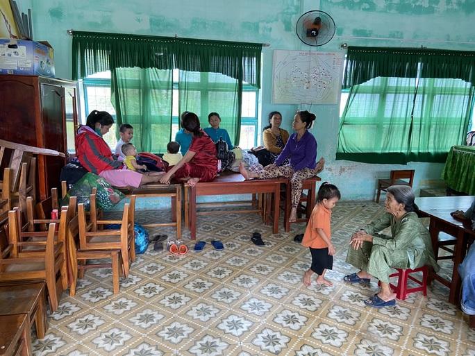 Người dân Quảng Nam dùng bao nước chèn mái nhà chống bão - Ảnh 12.