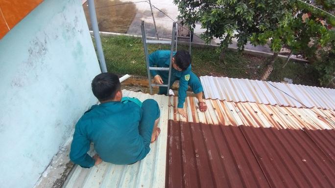 Người dân Quảng Nam dùng bao nước chèn mái nhà chống bão - Ảnh 7.