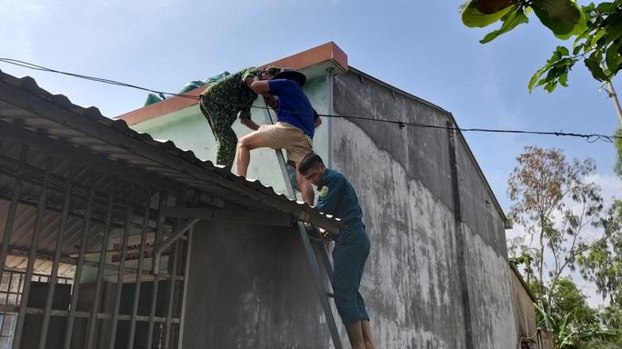 Người dân Quảng Nam dùng bao nước chèn mái nhà chống bão - Ảnh 6.