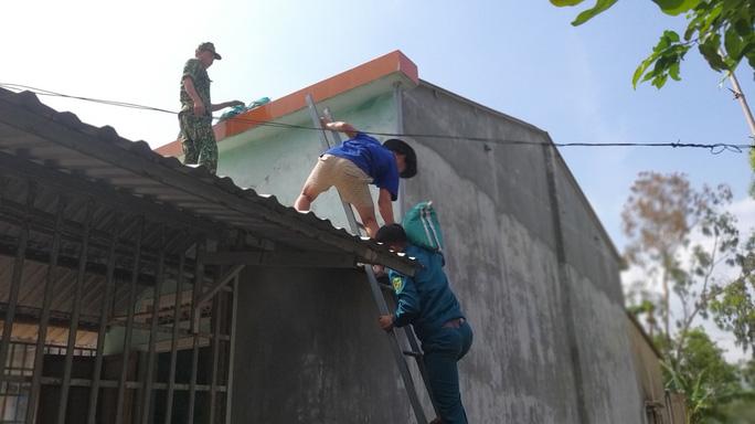 Người dân Quảng Nam dùng bao nước chèn mái nhà chống bão - Ảnh 5.