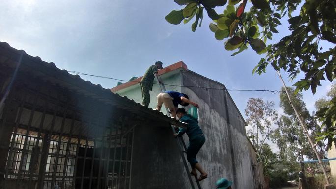 Người dân Quảng Nam dùng bao nước chèn mái nhà chống bão - Ảnh 4.
