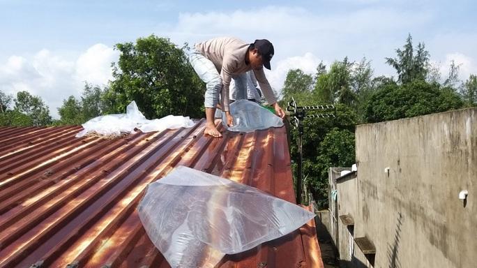 Người dân Quảng Nam dùng bao nước chèn mái nhà chống bão - Ảnh 11.