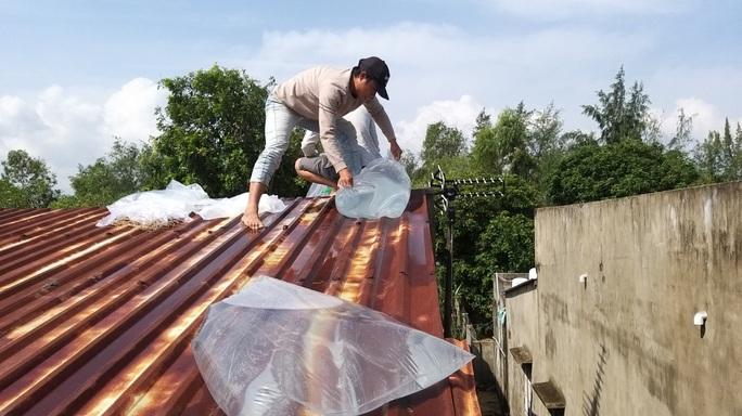 Người dân Quảng Nam dùng bao nước chèn mái nhà chống bão - Ảnh 10.