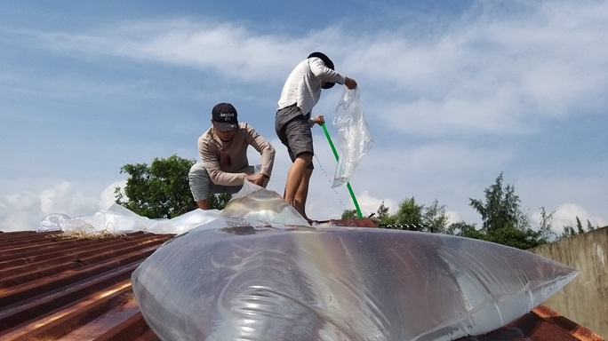 Người dân Quảng Nam dùng bao nước chèn mái nhà chống bão - Ảnh 9.