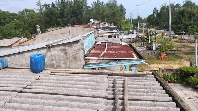 Người dân Quảng Nam dùng bao nước chèn mái nhà chống bão - Ảnh 16.