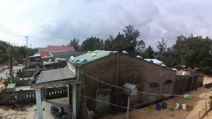 Người dân Quảng Nam dùng bao nước chèn mái nhà chống bão - Ảnh 15.