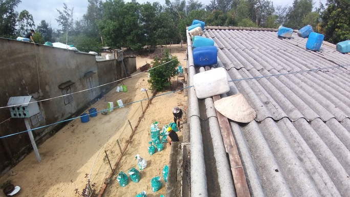 Người dân Quảng Nam dùng bao nước chèn mái nhà chống bão - Ảnh 14.