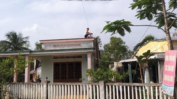 Người dân Quảng Nam dùng bao nước chèn mái nhà chống bão - Ảnh 13.