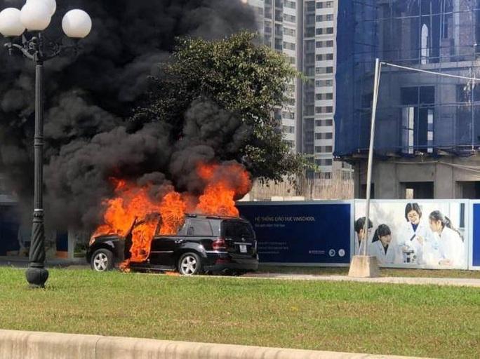 Xe sang Mercedes GL450 đang chạy bất ngờ cháy ngùn ngụt - Ảnh 1.