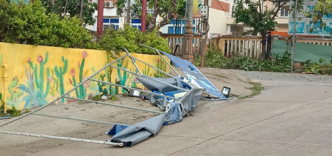 CẬN CẢNH: Bão số 9 tàn phá Lý Sơn khủng khiếp - Ảnh 17.