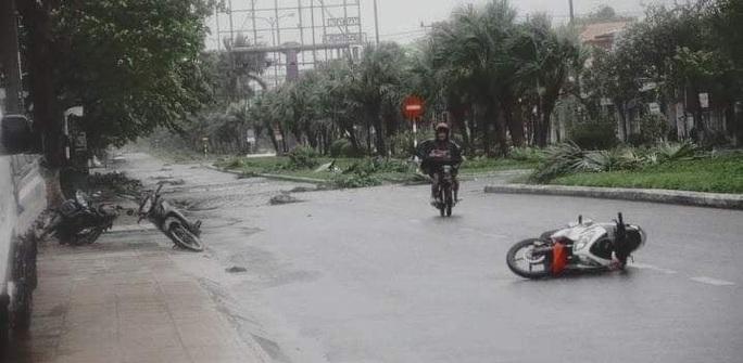 Bão số 9 đổ bộ vào Quảng Nam, nhiều người bỏ xe máy chạy vào nhà dân lánh nạn - Ảnh 2.
