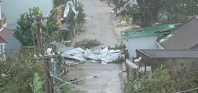 CẬN CẢNH: Bão số 9 tàn phá Lý Sơn khủng khiếp - Ảnh 18.