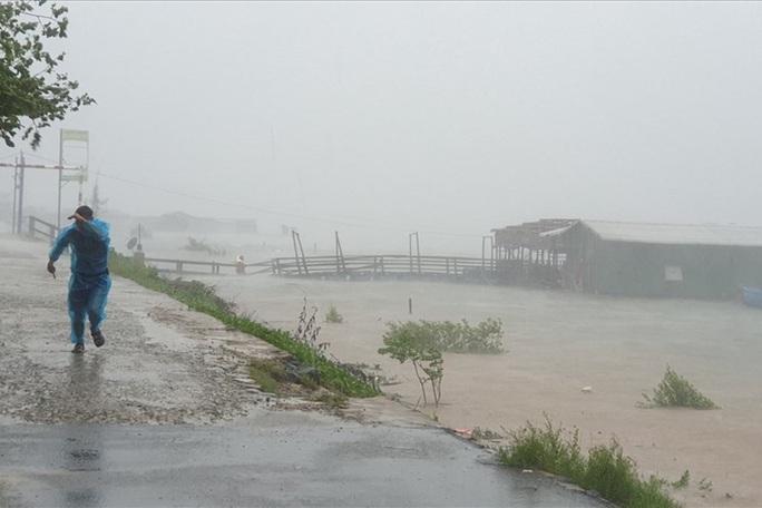 Đã liên lạc được với 26 ngư dân Bình Định mất tích - Ảnh 1.