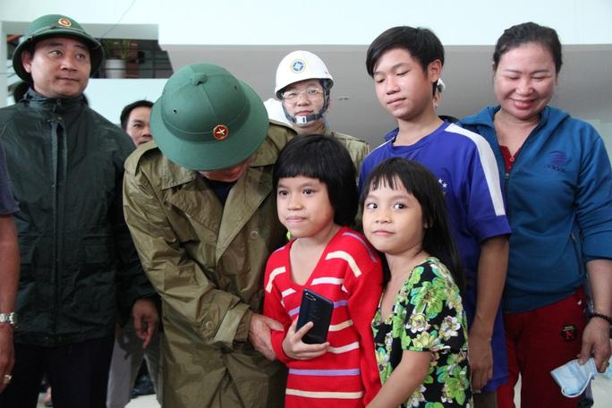 Phó thủ tướng Trịnh Đình Dũng: Bà con yên tâm tránh bão, công an sẽ bảo vệ tài sản cho dân - Ảnh 6.