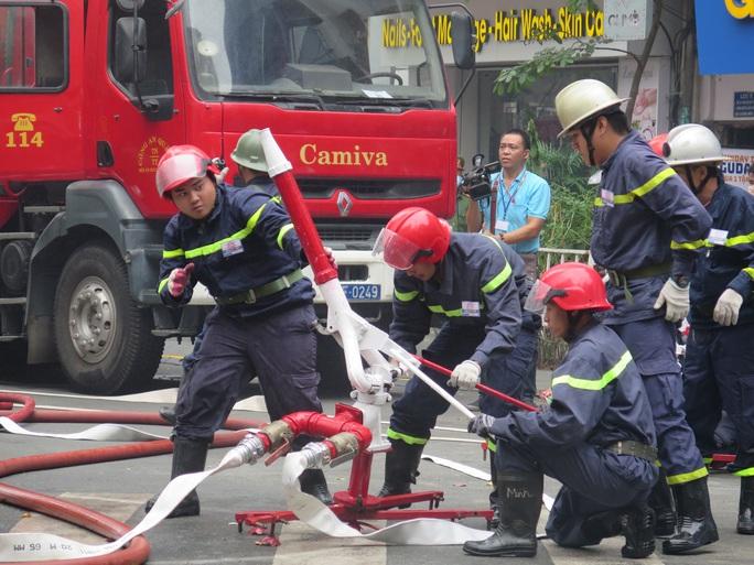 CLIP: Phương án giải cứu hàng trăm người kẹt trong đám cháy Tòa nhà Vietcombank Tower - Ảnh 2.