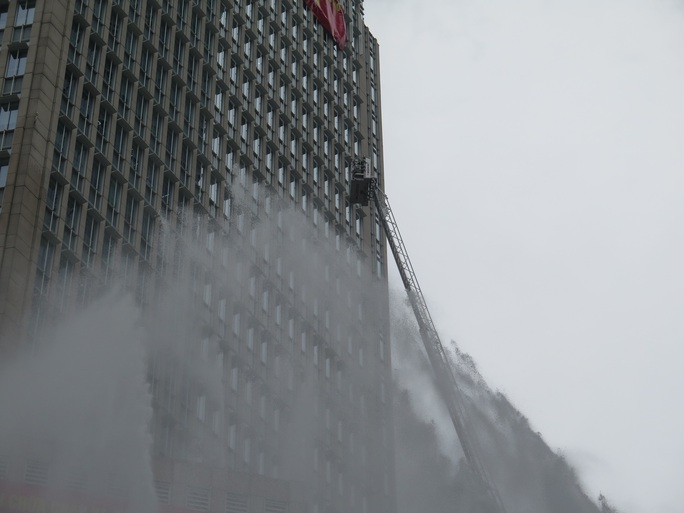 CLIP: Phương án giải cứu hàng trăm người kẹt trong đám cháy Tòa nhà Vietcombank Tower - Ảnh 4.