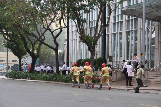 CLIP: Phương án giải cứu hàng trăm người kẹt trong đám cháy Tòa nhà Vietcombank Tower - Ảnh 1.