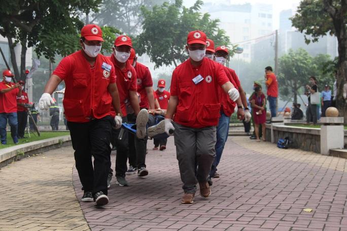CLIP: Phương án giải cứu hàng trăm người kẹt trong đám cháy Tòa nhà Vietcombank Tower - Ảnh 3.