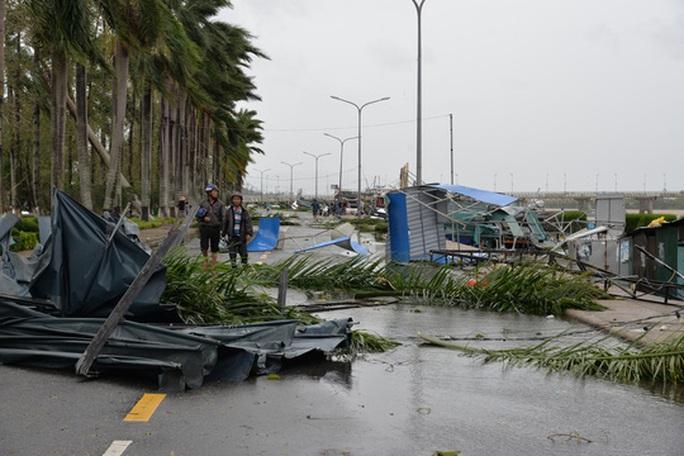 VIDEO: Quảng Ngãi tan hoang khi bão số 9 đi qua - Ảnh 9.