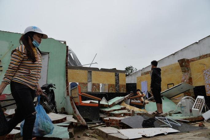 VIDEO: Quảng Ngãi tan hoang khi bão số 9 đi qua - Ảnh 10.