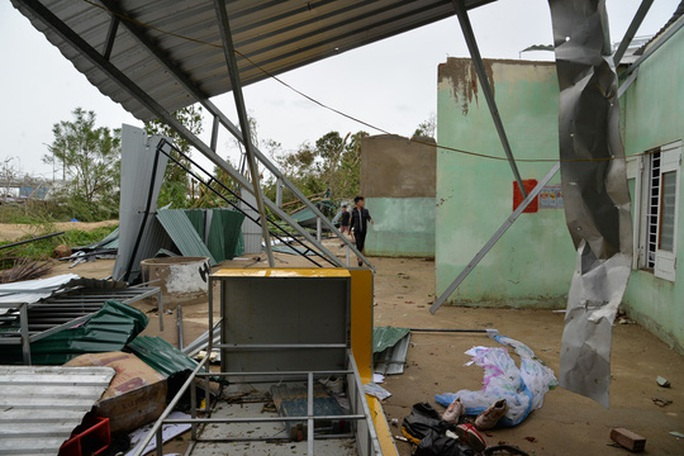 VIDEO: Quảng Ngãi tan hoang khi bão số 9 đi qua - Ảnh 11.